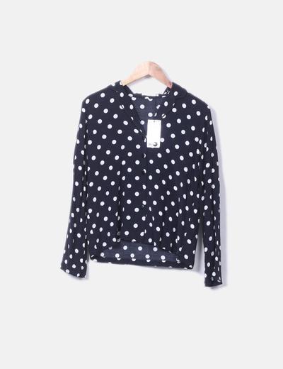 Camisa negra de lunares blancos