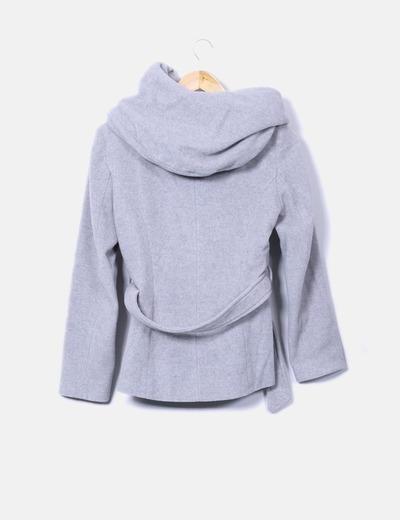 Abrigo corto gris con capucha