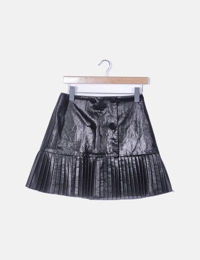 Falda polipiel negra con botones y bajo plisado