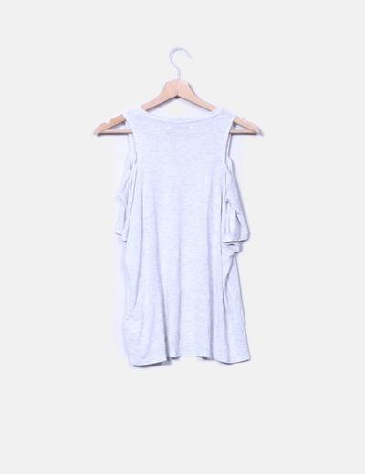 Camiseta blanca con hombros descubiertos