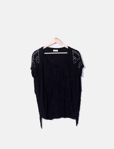 Camiseta negra con flecos y strass