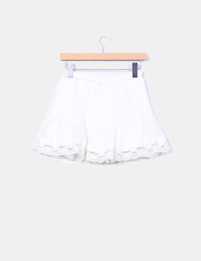 Mini falda beige drapeada volante encaje