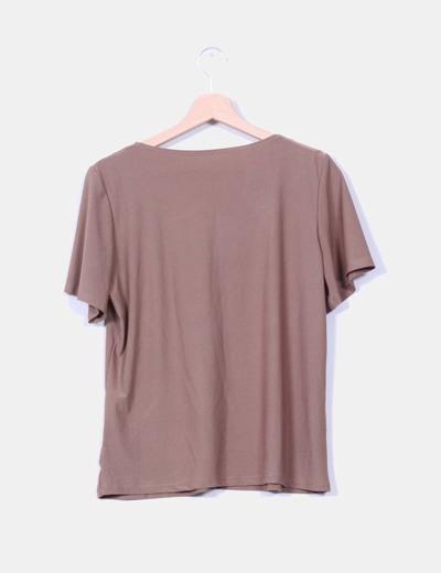 Camiseta marron detalle floreada