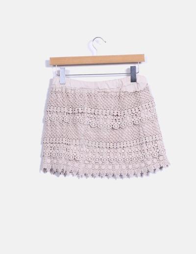 Falda midi beige combinada con crochet