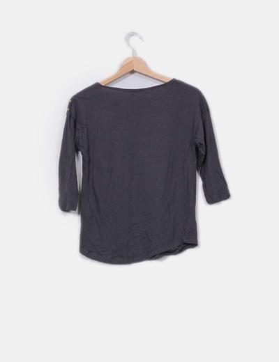 Camiseta gris con tachas