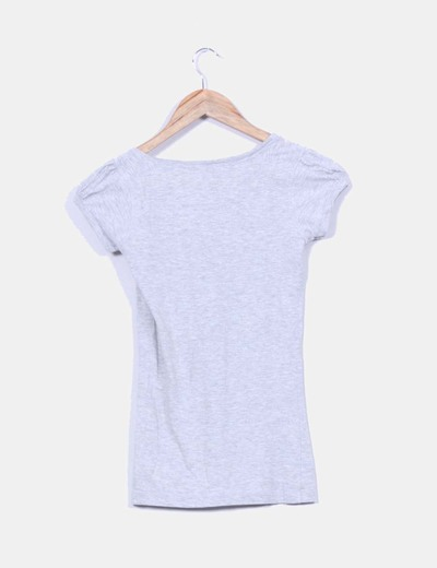 Camiseta gris escote pico