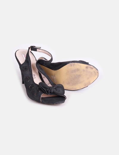 Sandalia destalonada negra detalle lazo