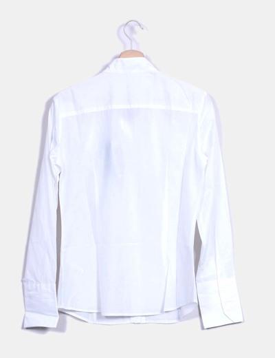 Camisa blanca con chorreras