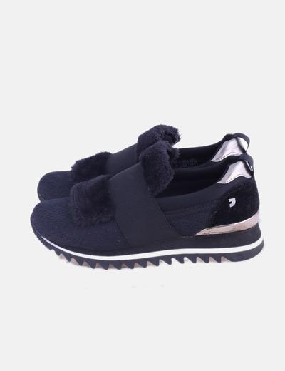 Sneaker negra con pelo y glitter