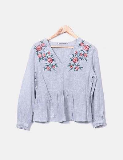 Blusa gris con bordado floral Zara
