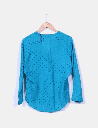 Blusa azul con topos negros