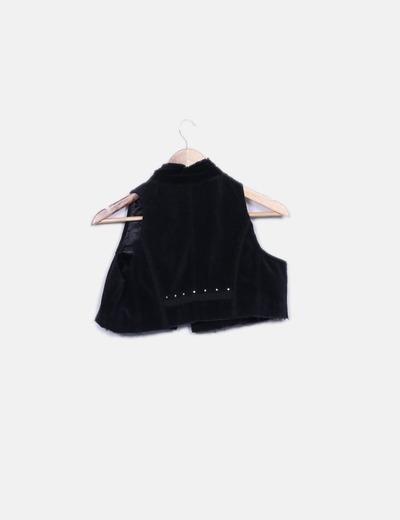 Chaleco negro texturizado con tachas cropped