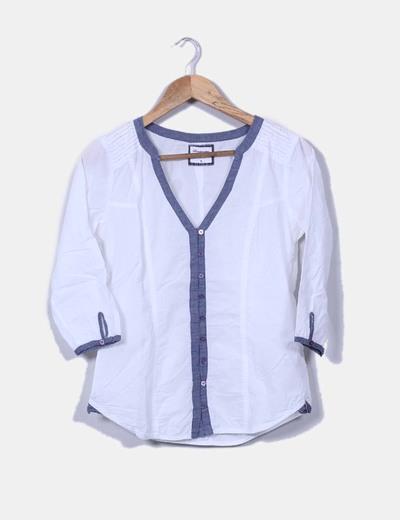 Blusa blanca combinada con denim Stradivarius