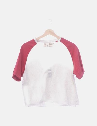 Camiseta gris manga roja