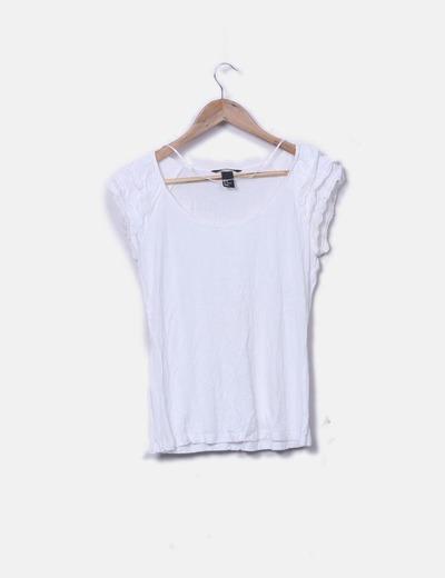 Camiseta blanca con volantes en los hombros