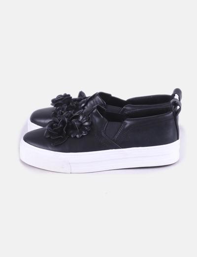 Sneaker negra con elástico