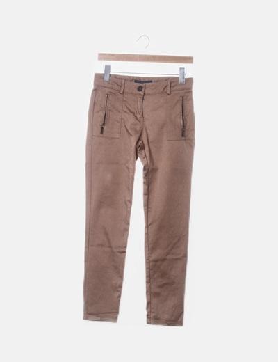 Pantalón marrón con bolsillos