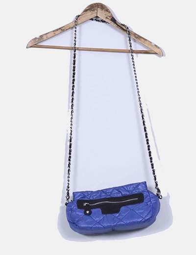 Sac à main bleu klein matelassée avec motif en noir Chenson