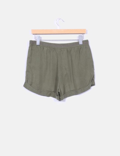 Shorts fluido verde militar con strass