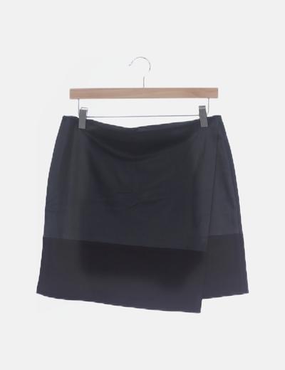 Mini falda negra cruzada polipiel y antelina