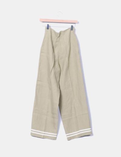 Pantalon de tela beige detalle botones dorados