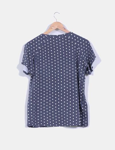 Camiseta gris con topos