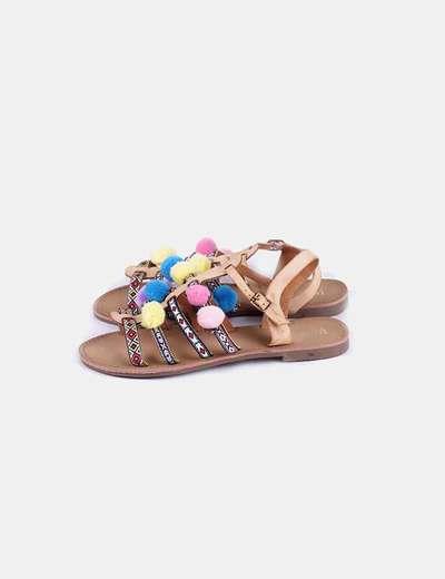 Sandalia plana con pompones