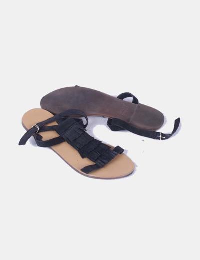 Sandalia negra antelina con flecos