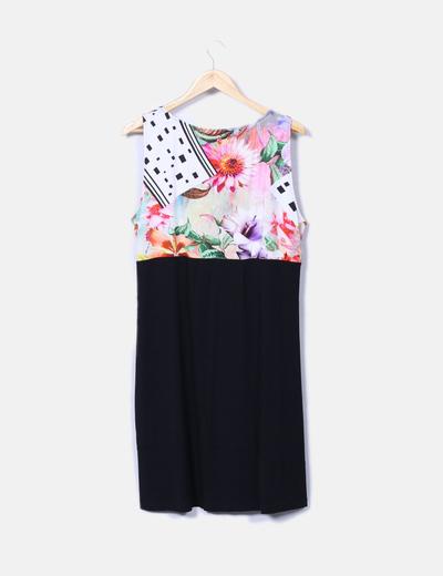 Vestido negro escote floral