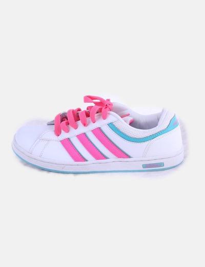 Sneaker blanca con cordones flúor