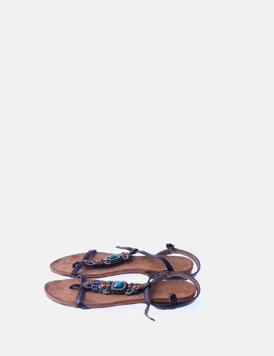 Sandalia plana negra con abalorios