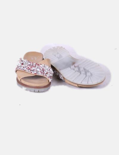 Sandalia plana combinada con abalorios