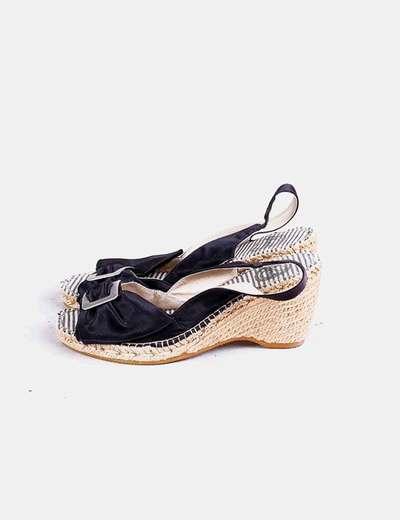 Sandalias negras de raso con tacón Vidorreta