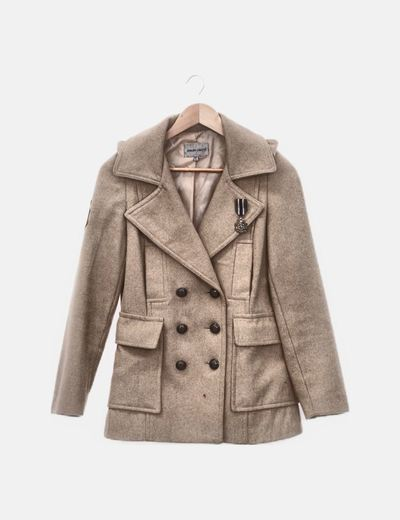 Abrigo beige con broche