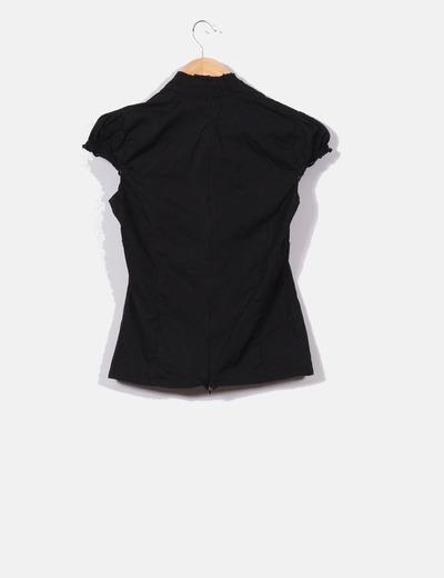 Camisa negra cuello pico