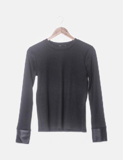 Camiseta negra canalé detalle polipiel