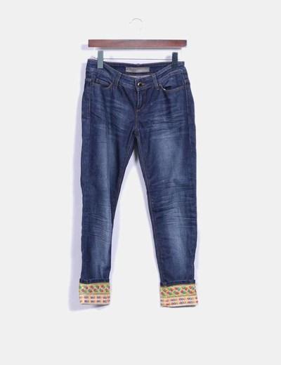 Pantalón vaquero con bajos de abalorios Zara