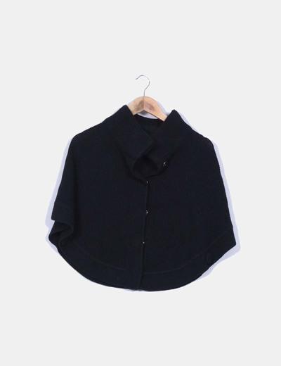 Poncho negro de punto detalle cuello alto
