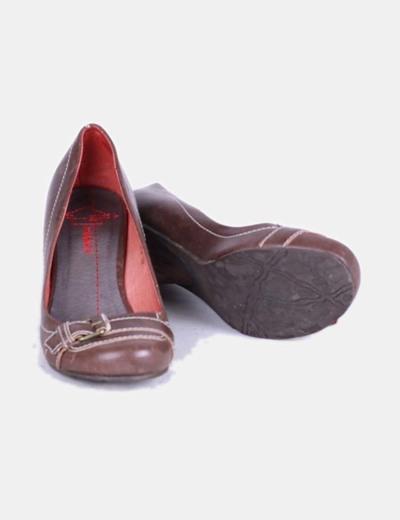 Zapato de tacon marron con punta redondeada