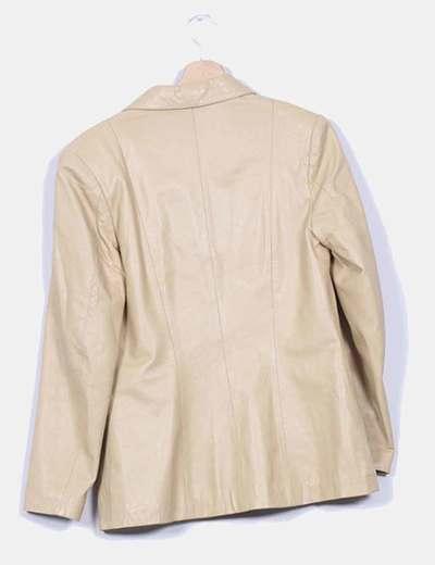 Chaqueta piel beige detalle bolsillos