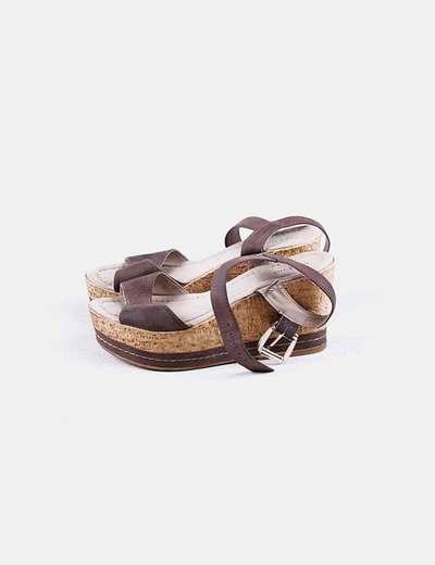 Sandalia marrón con cuña