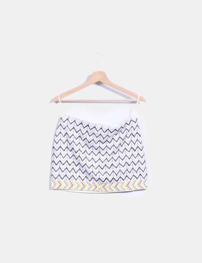 Falda midi blanca combinada con pedreria