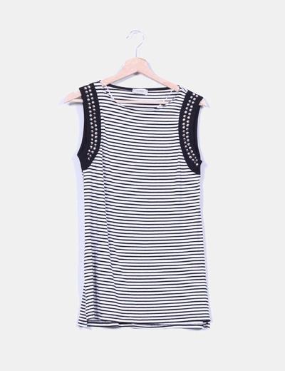 Camiseta larga rayas blanca y negra con tachas Pull&Bear