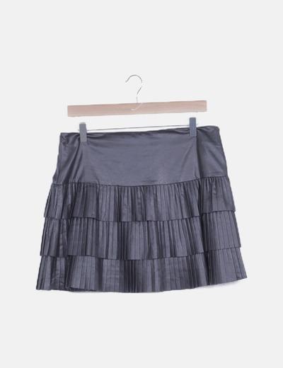 Falda negra encerada con volantes plisados