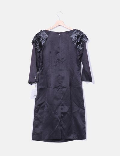 Vestido negro saten escote flecos polipiel