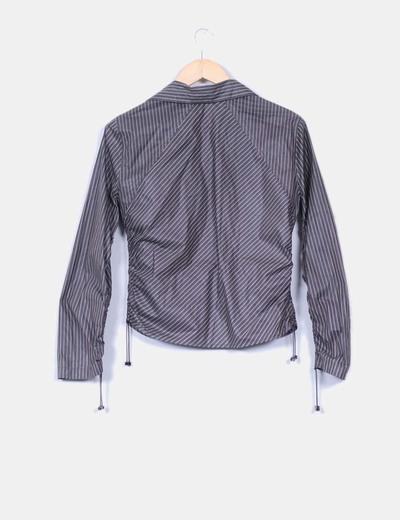 Camisa de rayas gris con bolsillos