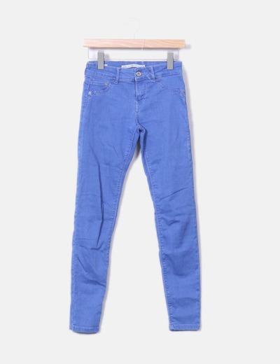 Jeans in denim blu spingono verso l'alto Bershka