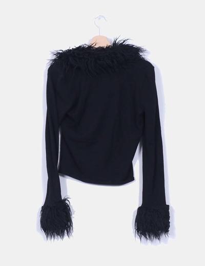 Cardigan negro con pelo en mangas y cuello
