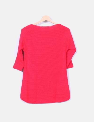 Jersey rojo con detalle en las hombreras