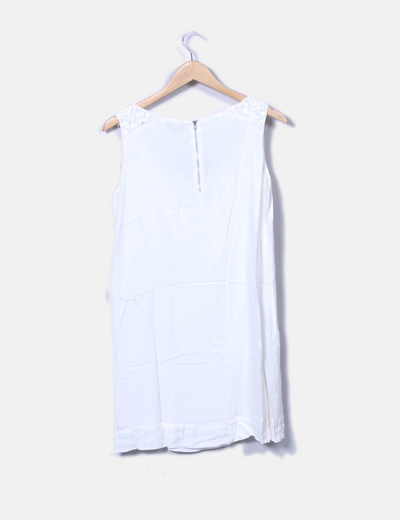 Vestido blanco con lentejuelas y pedreria
